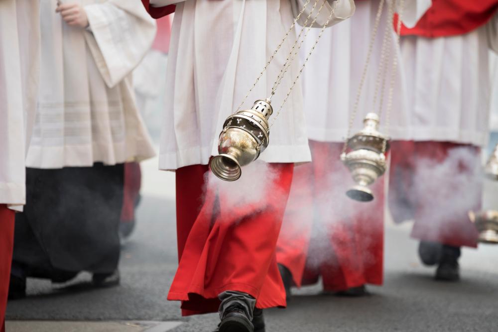 preti in processione