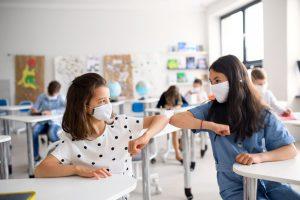 bambini scuola con mascherina
